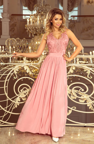 Długa suknia z rozcięciem róż