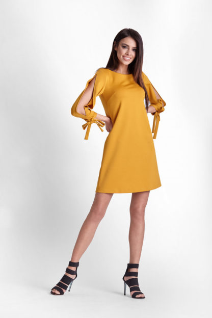 Sukienka z wyciętymi rękawami musztardowa