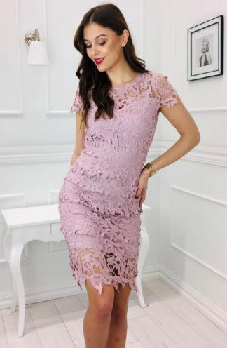 Ażurowa sukienka o dopasowanym kroju
