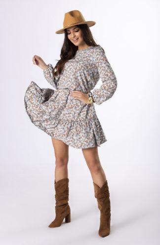 Zwiewna sukienka z falbaną na biuście