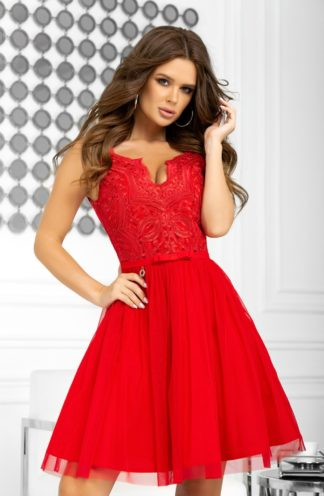 Koktajlowa sukienka z koronką i haftem czerwona