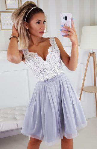 Koktajlowa sukienka z koronką i haftem szara