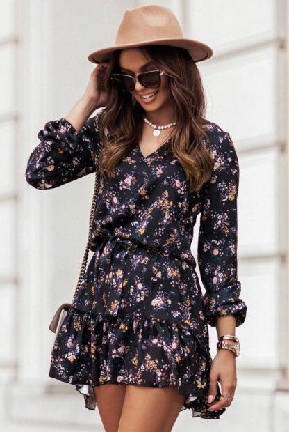 Sukienka z wiązaniem i falbaną w drobne kwiaty